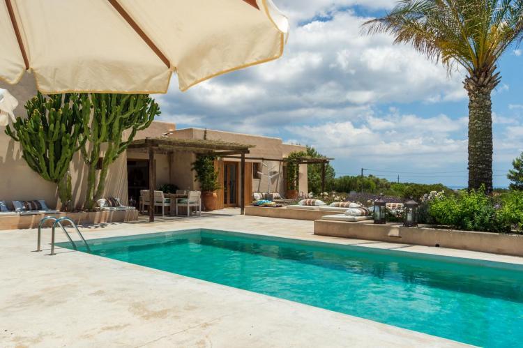 Villa a Formentera con piscina di elegante design hippy chic